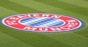 FC Bayern Logo auf Rasen