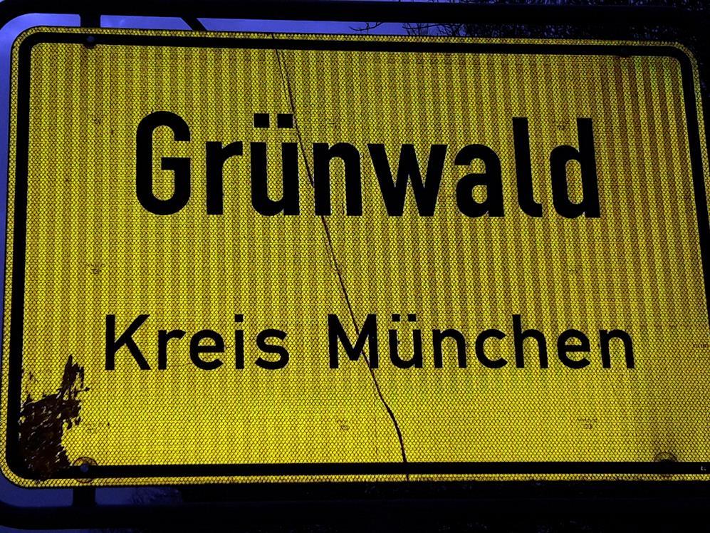 Ortsschild Grünwald Nacht