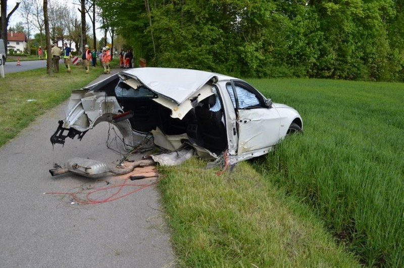 In diesem Wrack überlebten zwei junge Männer — BMW durchgerissen