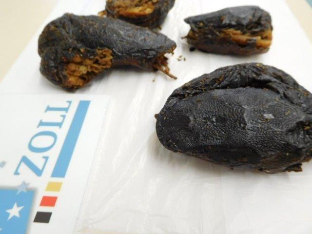 Zoll findet drei Kilo verweste Schlangenköpfe in Paket