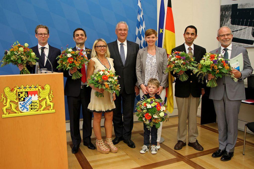 Innenminister Joachim Herrmann überreicht neuen deutschen Staatsbürgern die Einbürgerungsurkunde Foto: Christoph Schedensack