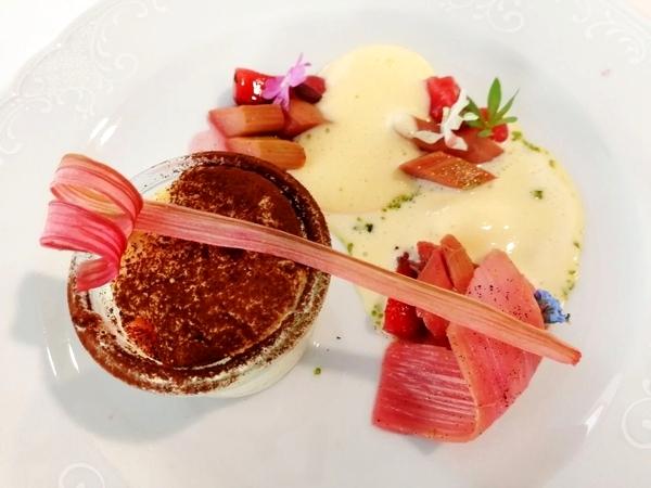 Das Dessert von Carina Linnemann bestand aus Quarksoufflé mit Erdbeere, Rhabarber und Champagner. Quelle Foto Hotel Vier Jahreszeiten Starnberg