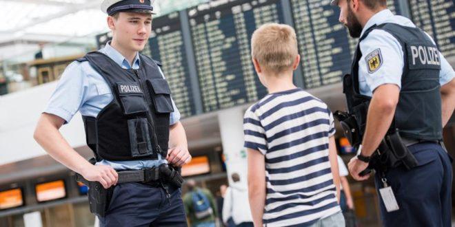 Bundespolizei am Flughafen München in Gespräch mit einem Kind Quelle Bundespolizei